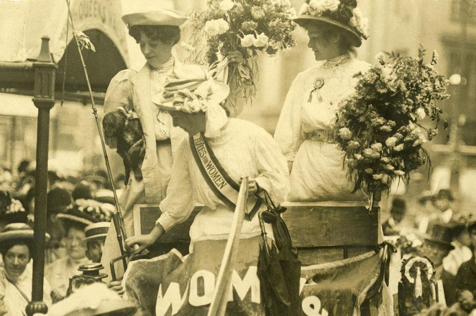 Las sufragistas Edith New y Mary Leigh (ambas con ramos de flores) tras ser liberadas de la cárcel.