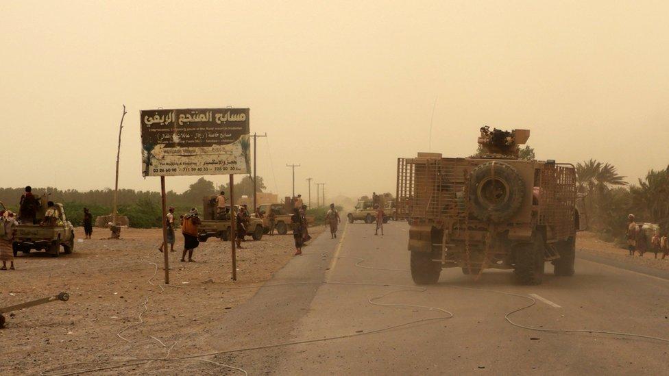 قوات موالية للحكومة اليمنية تتجمع في محيط المطار في 15 يونيو/ حزيران