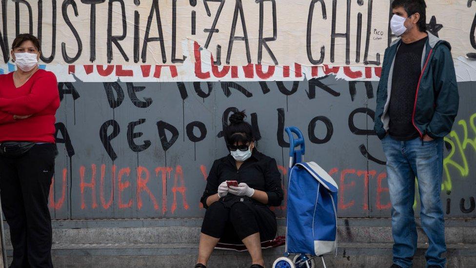 Ciudadanos haciendo cola para un supermercado en Chile.