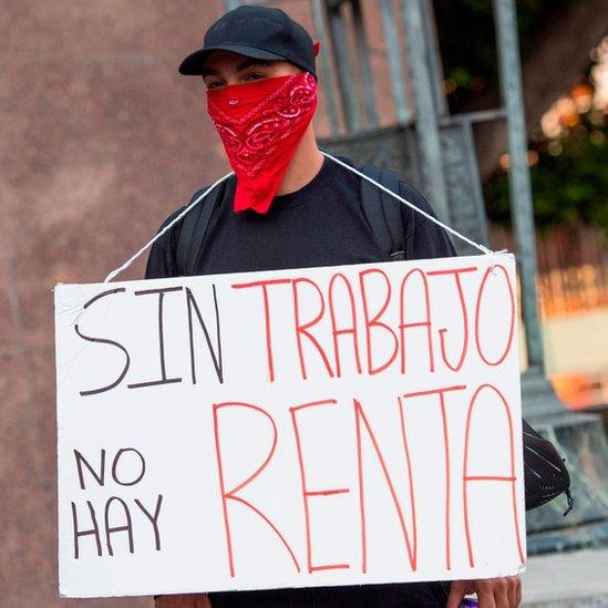 Manifestante latino protesta por la crisis económica en Estados Unidos.