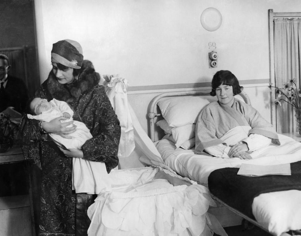 La reina Soraya con un bebé en un hospital de Londres