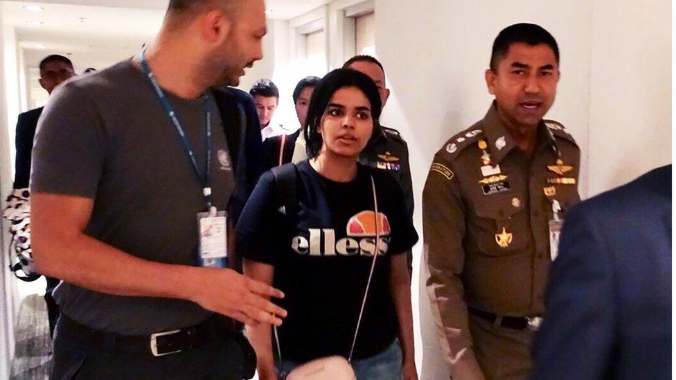 رهف القنون تغادر مطار بانكوك برفقة ضابط هجرة تايلاندي ومسؤولي مفوضية الأمم المتحدة العليا للاجئين