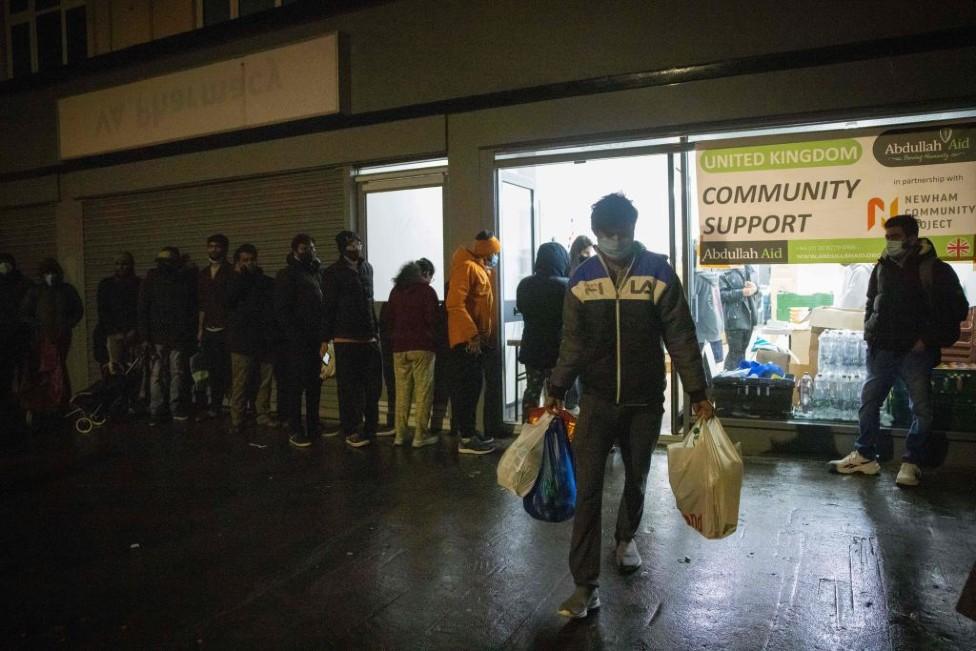 Fila para entrar en un banco de comida en Londres