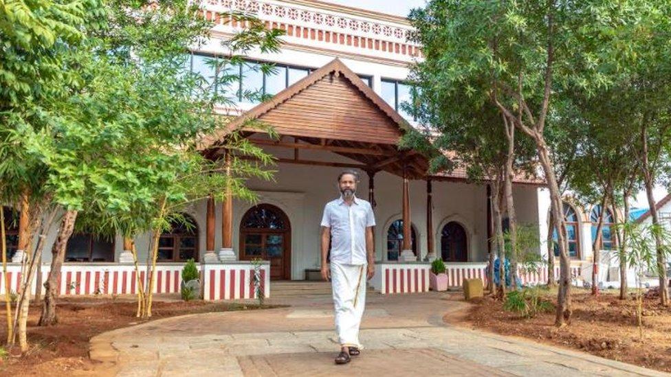 Sridhar frente a su casa