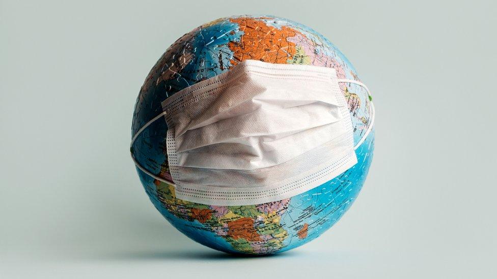 Mundo con mascarilla
