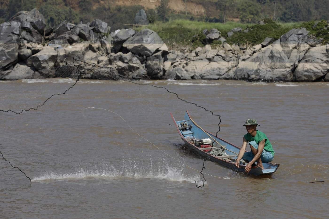 泰國漁民在位於泰國最北部地區的湄公河撒網捕魚。