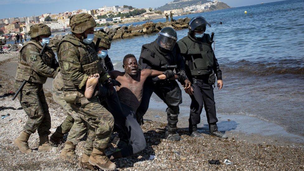 Pemerintah Spanyol mengirim sejumlah besar tentara ke Ceuta untuk mencoba membendung arus migran dan mengendalikan situasi.