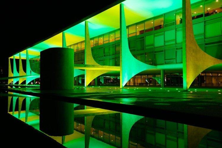 Palacio do Planalto iluminado em verde e amarelo