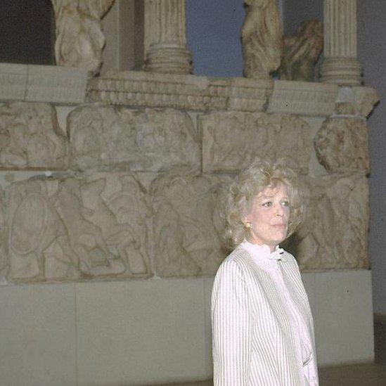 Melina Mercouri durante su visita al Museo Británico.