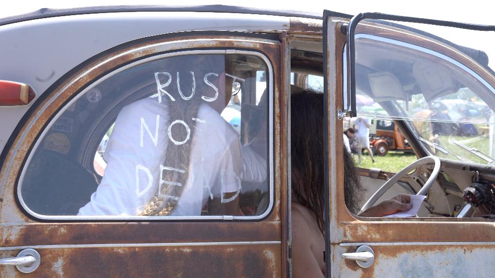 Spaček sa natpisom - Rđav, ali ne i mrtav (Rust not dead)
