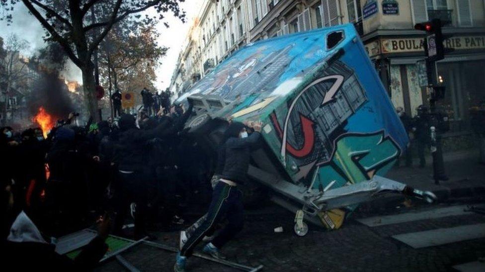 متظاهرون يحاولون قلب شاحنة