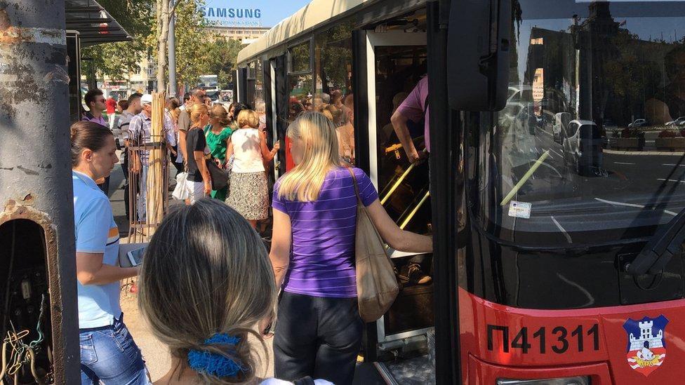Građani ulaze u autobus kod Skupštine Srbije