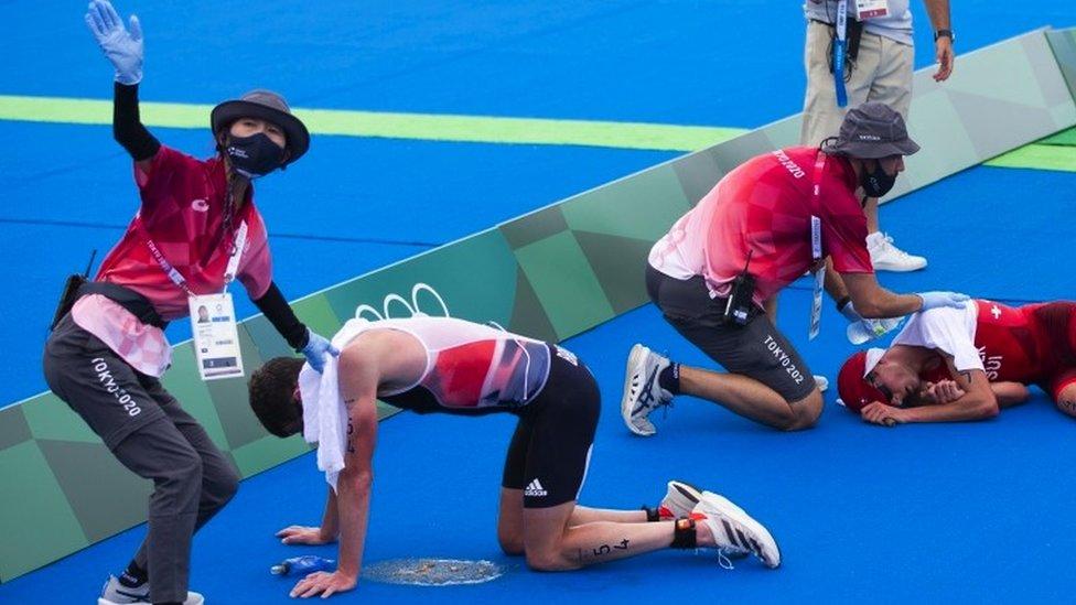 Triatletas se desploman en la meta y reciben asistencia