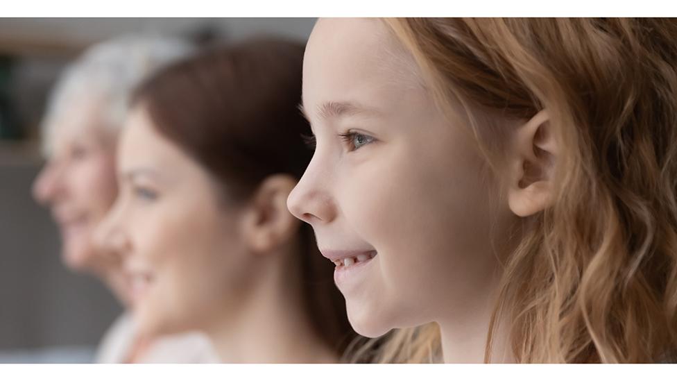 Una niña, una mujer de mediana edad y otra mayor
