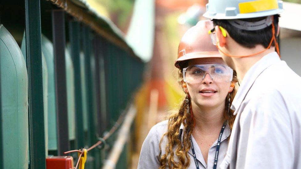 Trabajadores de la industria del acero en Brasil.