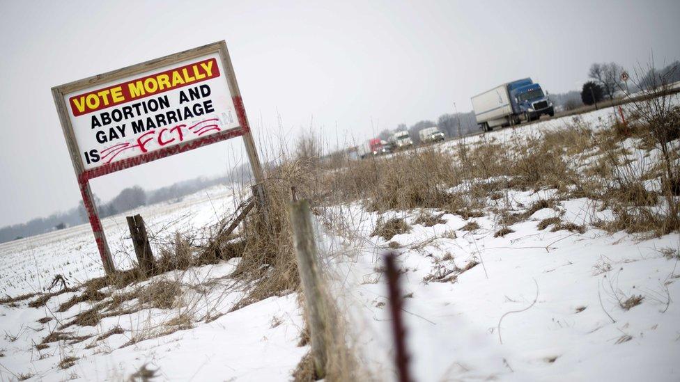 """Cartel para votar """"moralmente contra el aborto"""" en una carretera de Iowa"""