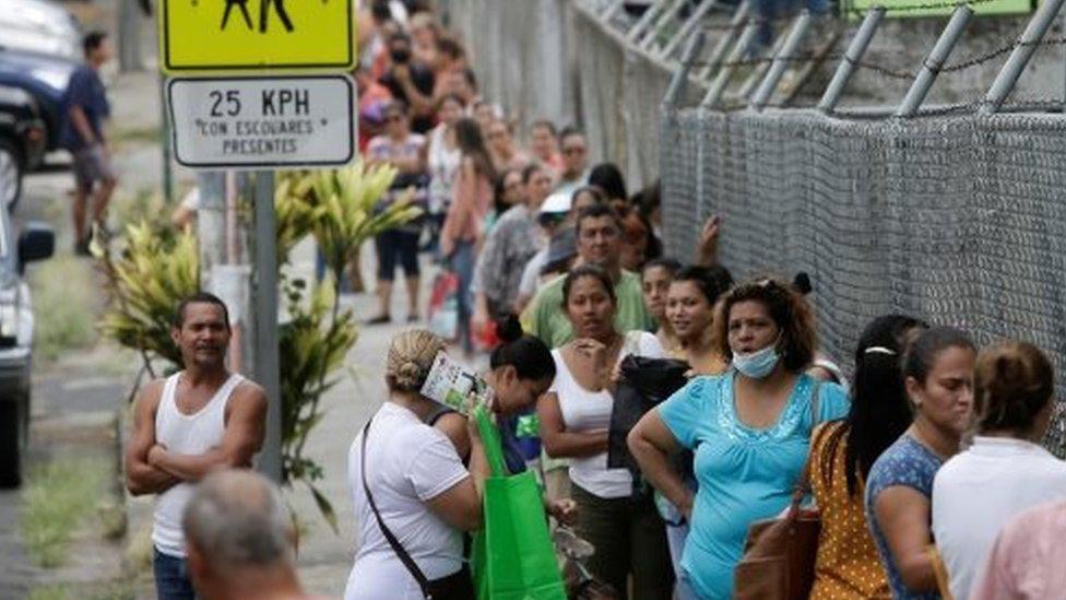 Una fila para recolección de alimentos en San José