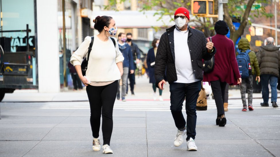 Gente con mascarillas en EE.UU.