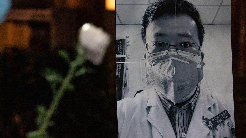 Homenaje a Li Wenliang.