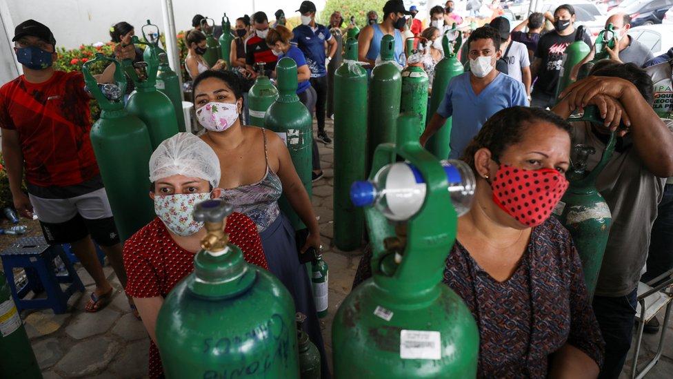 Familiares de enfermos con covid-19 en Manaos, Brasil.
