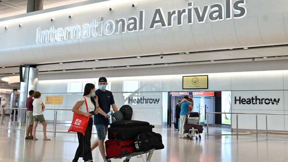 Penumpang tiba di bandara London Heathrow