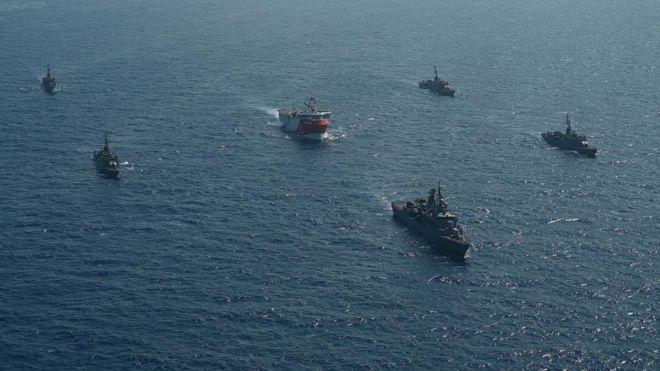 قطع البحرية التركية ترافق سفينة تركية في طريقها إلى شرقي البحر المتوسط للتنقيب عن البترول والغاز.