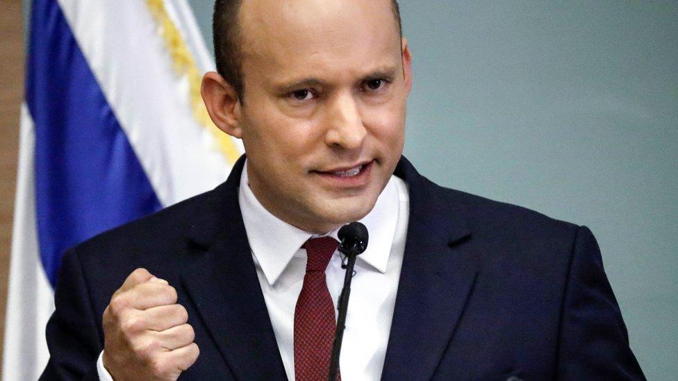 نفتالي بينيت تراجع عن تهديده بالانسحاب من الحكومة
