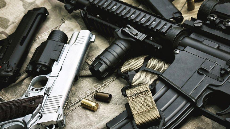 Diversas armas sobre una mesa