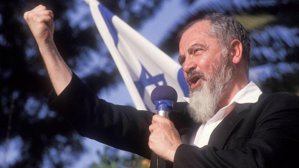 الحاخام كاهانا يلقي خطابا في مدينة ريشون لتسيون الإسرائيلية عام 1990