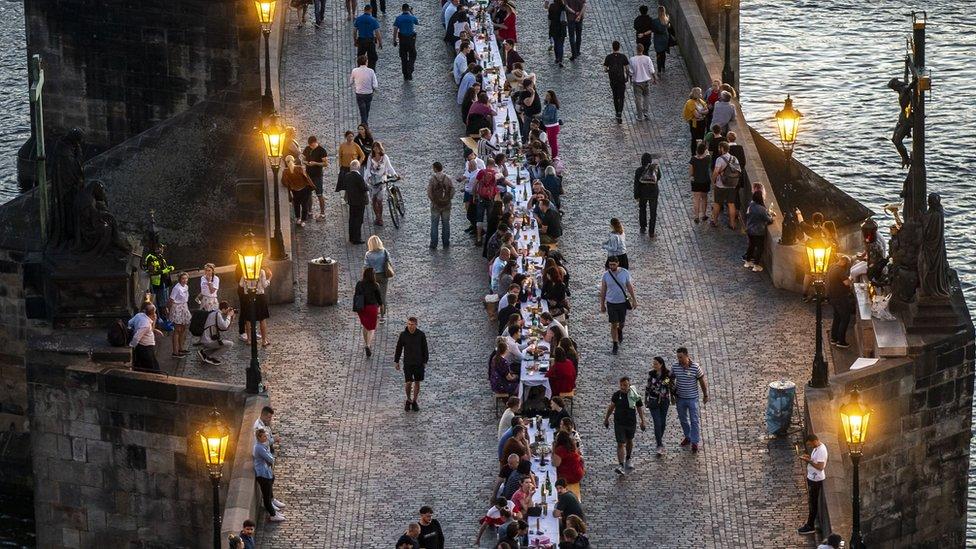 6月底布拉格查理橋上的晚宴