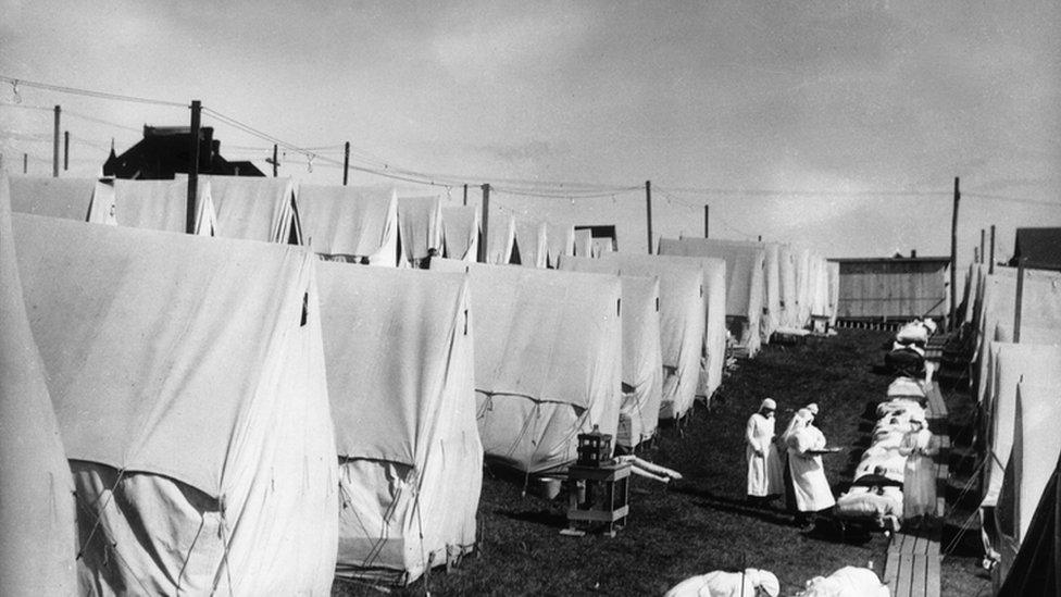 Tiendas de campaña para enfermos de gripe en Estados Unidos.