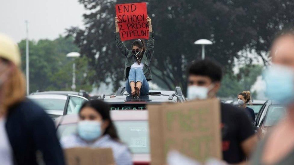 Učenici i nastavnici protestuju ispred škole i suda u Mičigenu