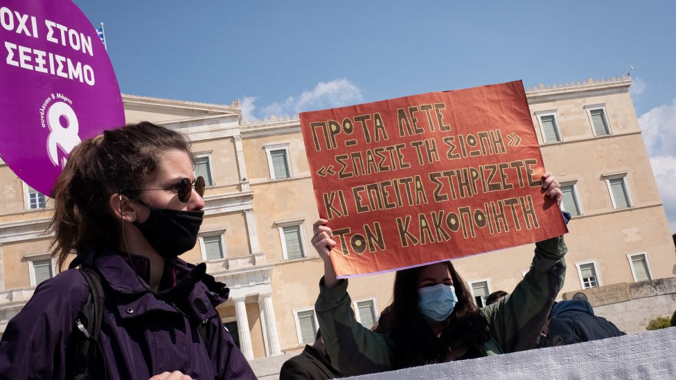 Tasarıya karşı çıkan bir grup 27 Mart'ta parlamento önünde protesto düzenledi.
