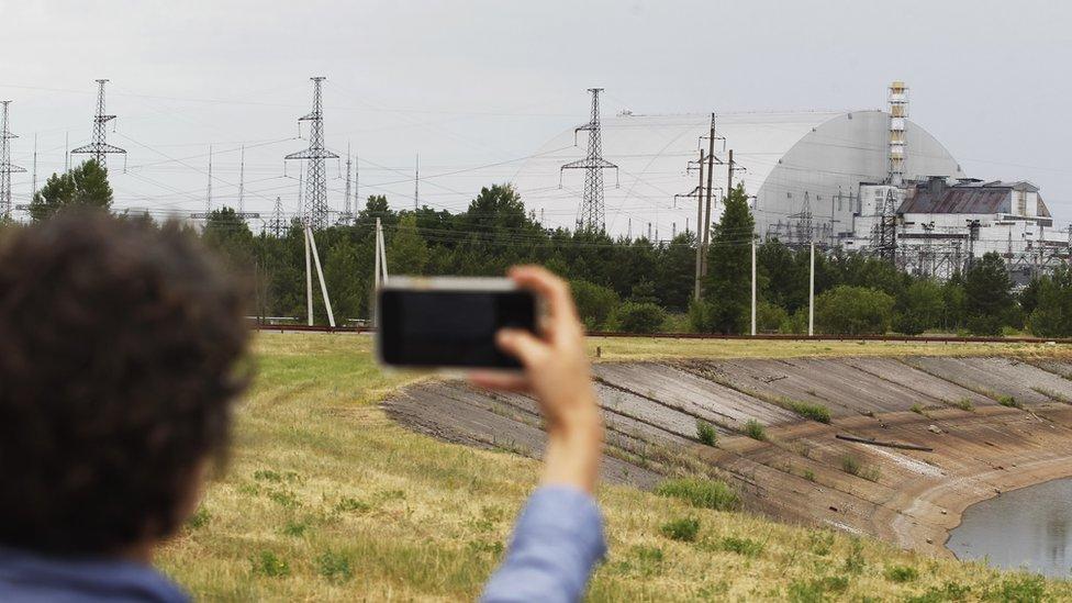 Turisti fotografišu novi sarkofag kojim je pokriven reaktor u bloku broj četiri nuklearne elektrane
