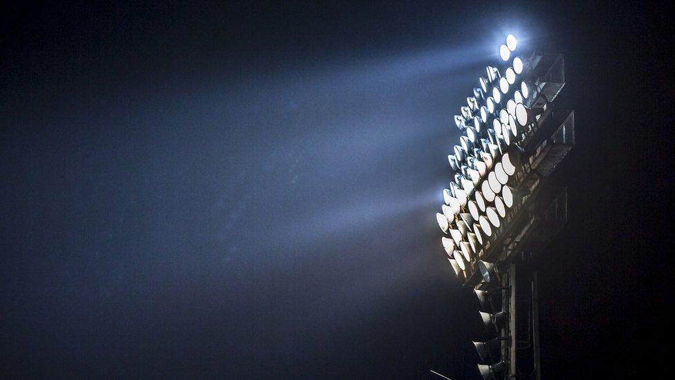 Torre de iluminación de un estadio.