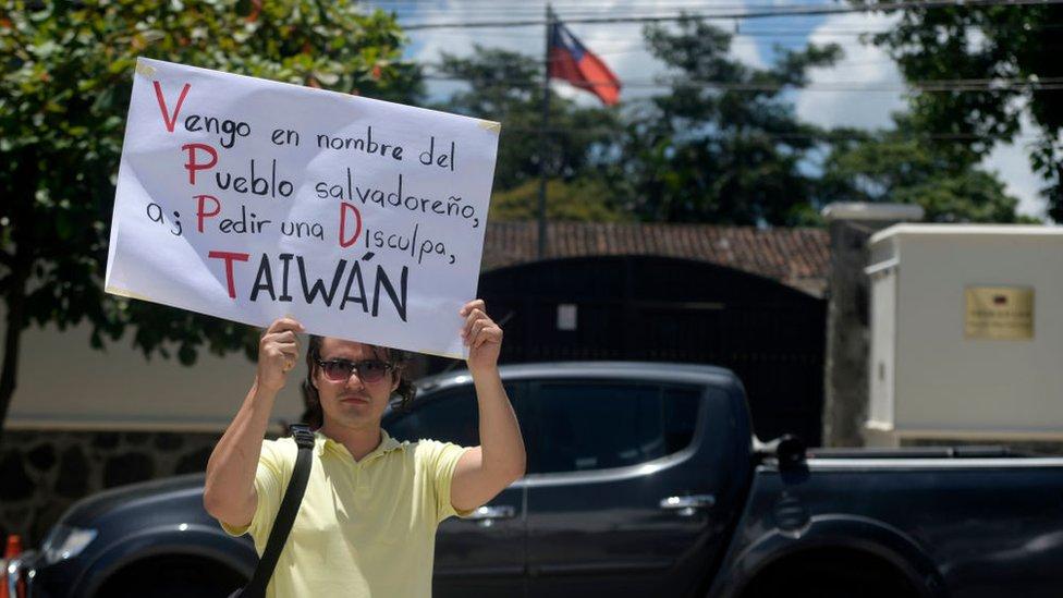 Hombre protestando en la embajada de El Salvador en agosto de 2018