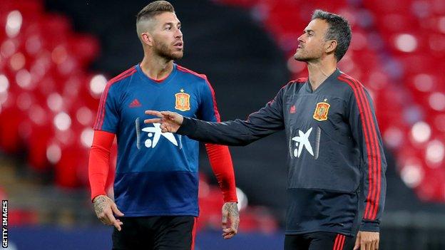 Luis Enrique and Sergio Ramos in discussion
