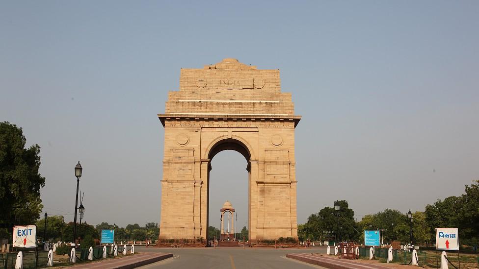 """Monumento """"Puerta de la India"""" en Nueva Delhi en un día en el que se ve el cielo azul"""