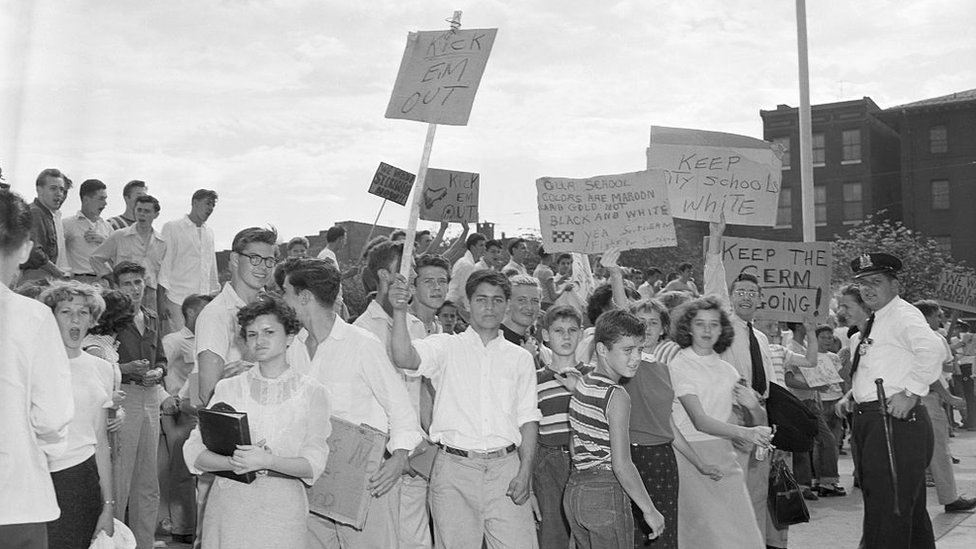 Manifestación de estudiantes blancos en contra de la integración racial.