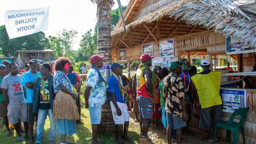 fila frente a centro de votación