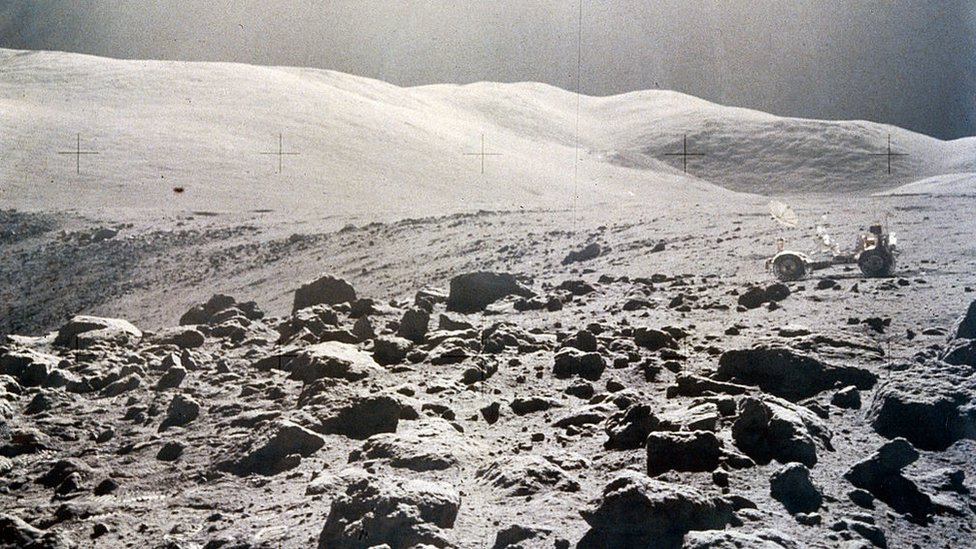Vista panorámica de la superficie lunar, Apolo 15, 1971
