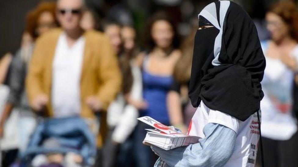 بعض الدول الإسلامية منعت النقاب في بعض الأماكن