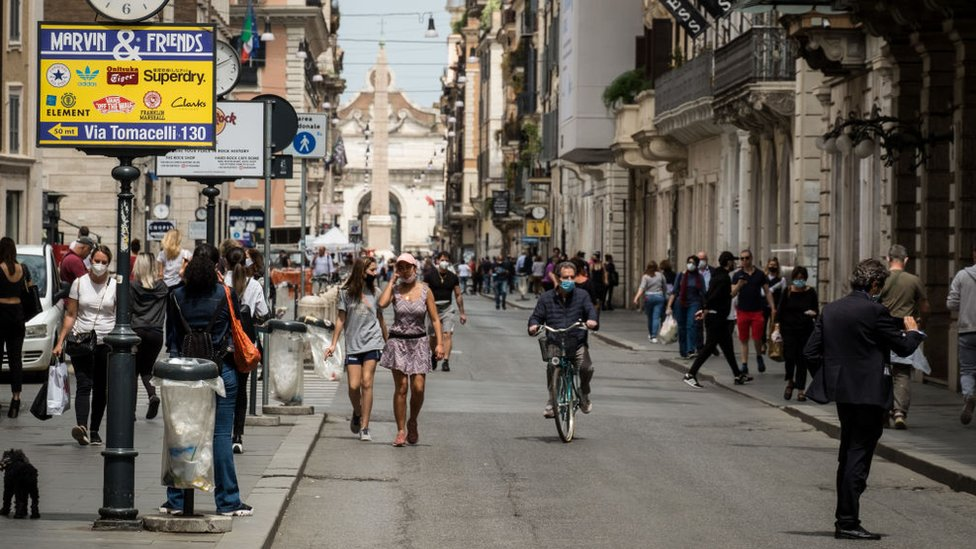 roma'da nispeten kalabalık bir sokak