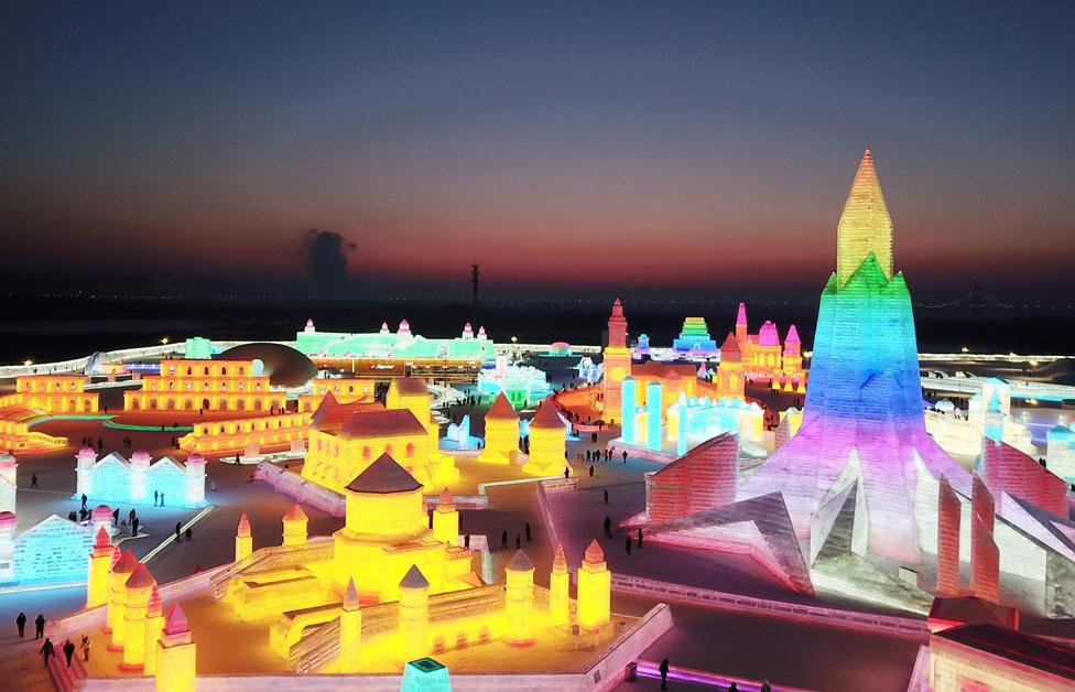 Pemandangan udara dari Festival Patung Es dan Salju Internasional Harbin terlihat di malam hari