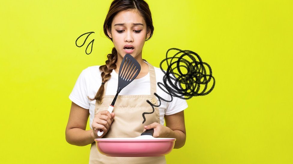 žena koja kuva
