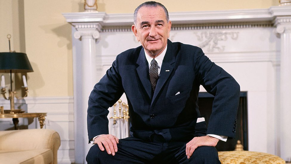 Lyndon B. Johnson en la oficina oval