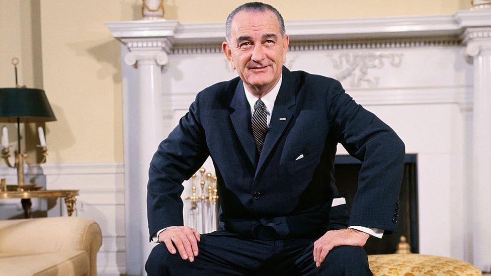 Lyndon B. Johnson en la oficina oval