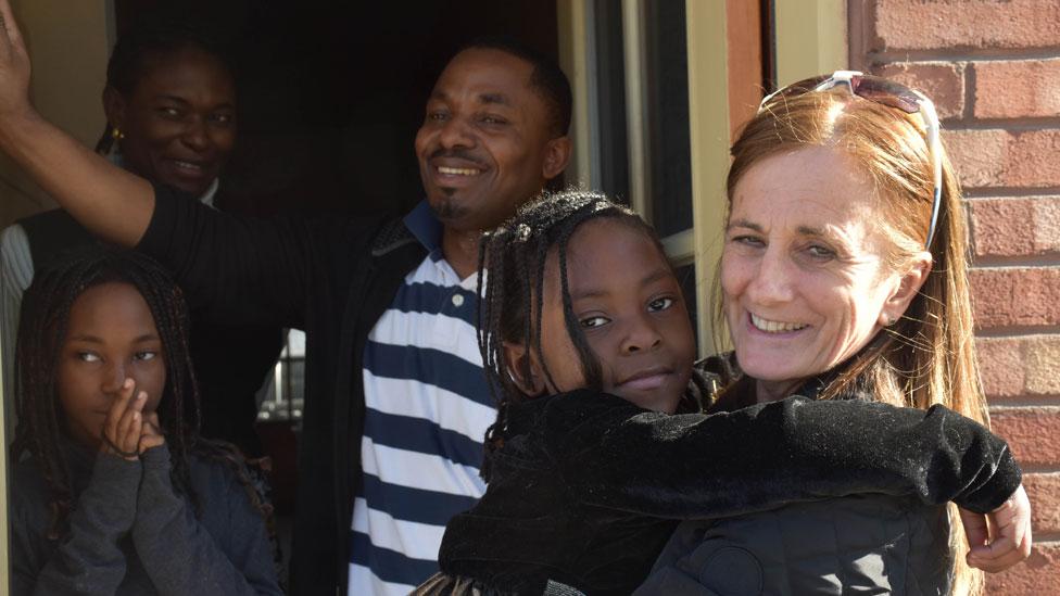 Rachel Lapierre con una familia a la que ayuda con su organización
