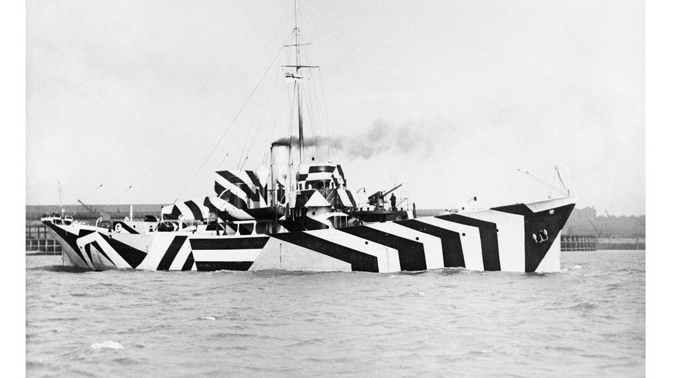 Barco con pintura de camuflaje