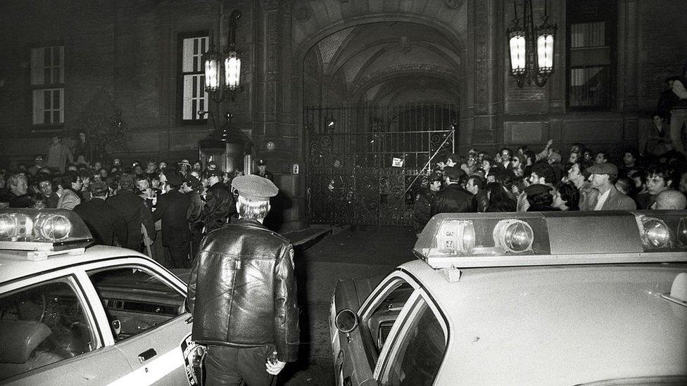 La entrada del edificio Dakota, una hora después del asesinato de John Lennon, el 8 de diciembre de 1980
